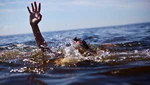 पानी में डूबता व्यक्ति