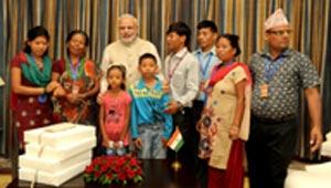 मोदी जीत के परिवार के साथ