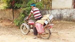 बाइक में शव