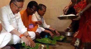 दलित के घर रमन सिंह का खाना